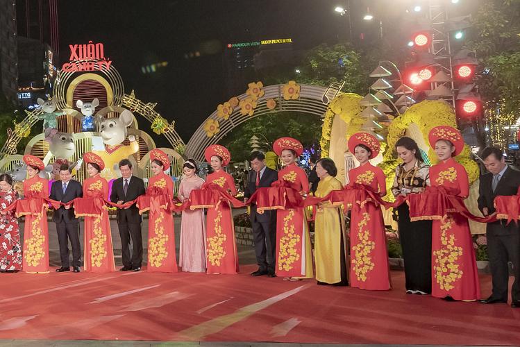Ông Jonathan Hạnh Nguyễn (cà vạt đỏ) đại diện IPPG tham gia cắt băng khai mạc đường đèn, đường hoa Nguyễn Huệ xuân Canh Tý.