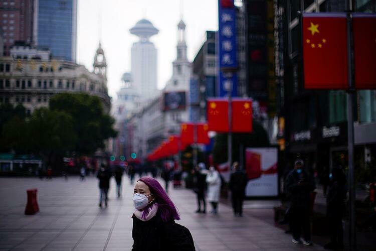 Người dân đeo khẩu trang trên đường phố Thượng Hải. Ảnh: Reuters