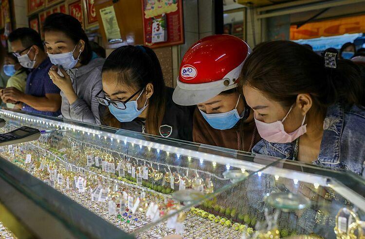 Trong ngày vía Thần Tài hôm qua, nhiều người mang khẩu trang đi mua vàng cầu may. Ảnh: Quỳnh Trần.