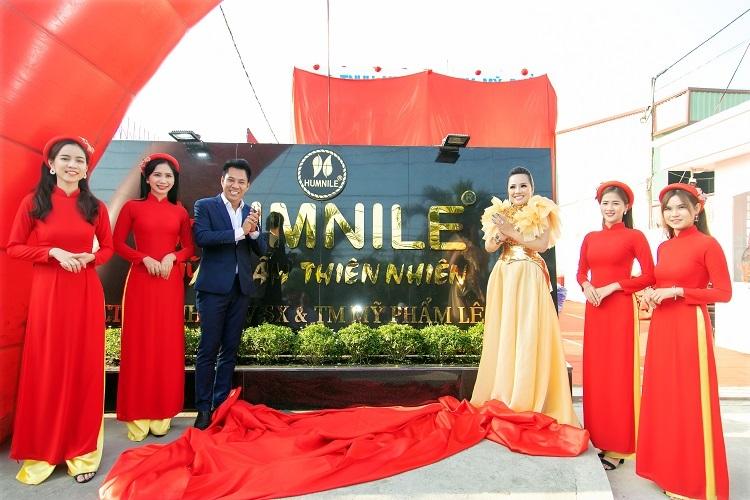 Bà tên (váy vàng) -chức danh Lê Vân Group tại lễ khánh thành nhà xưởng thứ hai của đơn vị.