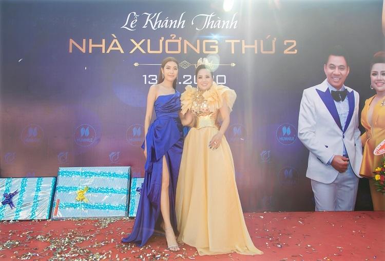 Bà tên (váy vàng) và Á hậu Thúy Vân tại sự kiện.