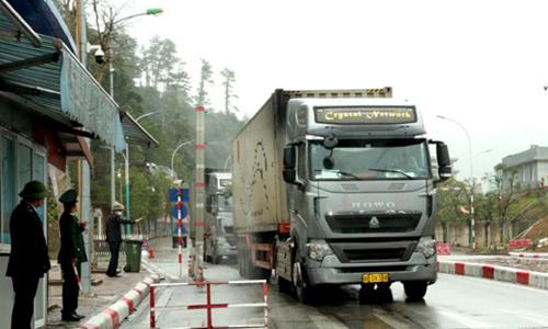 Xe hàng nhập khẩu qua cửa khẩu Hữu Nghị chiều 5/2. Ảnh: Báo Lạng Sơn