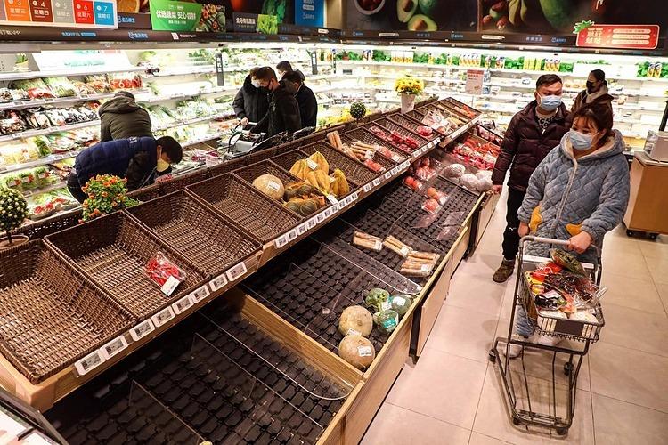 Thực phẩm trong các siêu thị Trung Quốc hết hàng rất nhanh. Ảnh: AP
