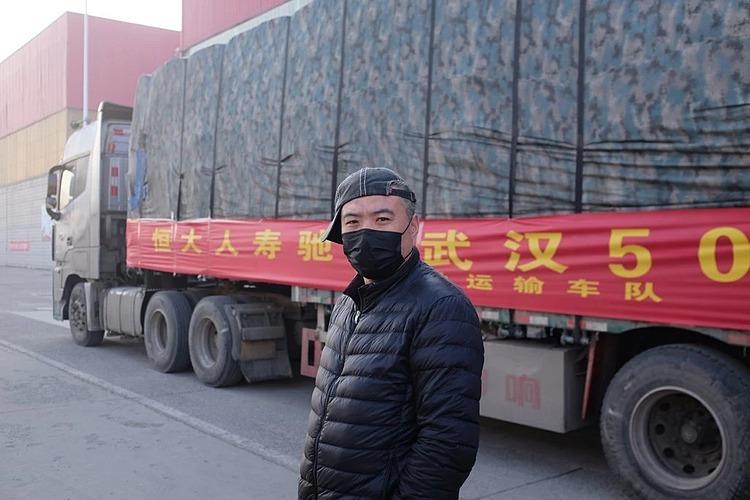 Tài xế Ma Chenglong, một trong những người tình nguyện lái xe chở nông sản cung ứng cho Vũ Hán. Ảnh: NYT