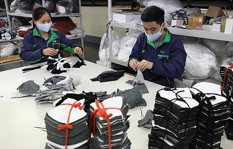 Sản xuất khẩu trang vải nano tại nhà máy ở Thái Nguyên. Ảnh: Ngọc Thành