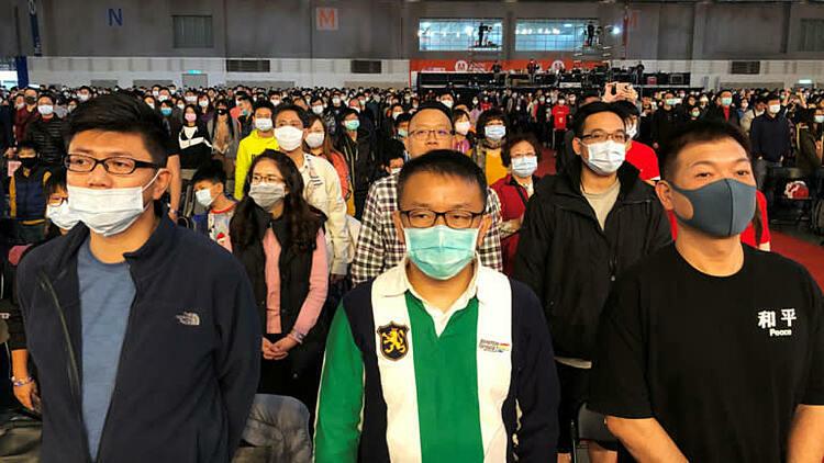 Nhân viên Foxconn đeo khẩu trang tham gia buổi tổng kết cuối năm. Ảnh: Reuters