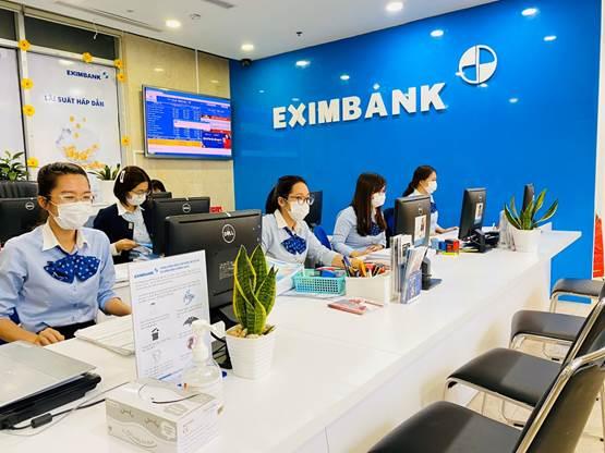 Nhân viên Eximbank trên toàn hệ thống đều đeo khẩu trang y tế khi giao dịch với khách hàng.