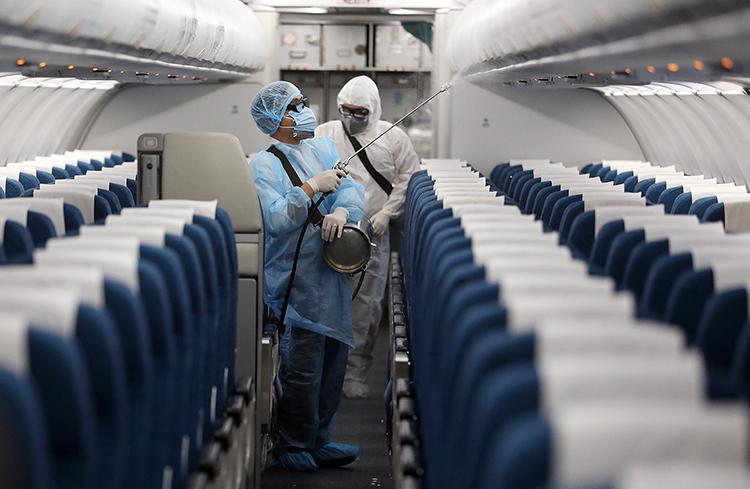 Vietnam Airlines phu khử trùng trên máy bay. Ảnh: Ngọc Thành.
