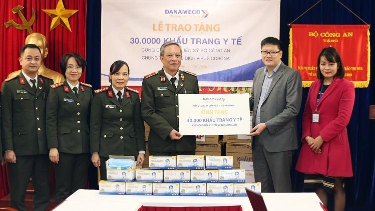 Ông Lê Hải Trọng - Chủ tịch HĐQT Danameco (thứ hai từ phải sang) trao tặng 30.000 khẩu trang y tế cho ông Nguyễn Khắc Thủy - Cục trưởng Cục Y tế, Bộ Công an. Ảnh: Lê Thủy.