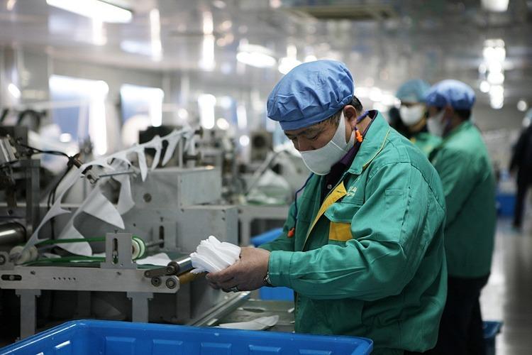 Bên trong một nhà máy sản xuất khẩu trang tại Thượng Hải. Ảnh: Xinhua