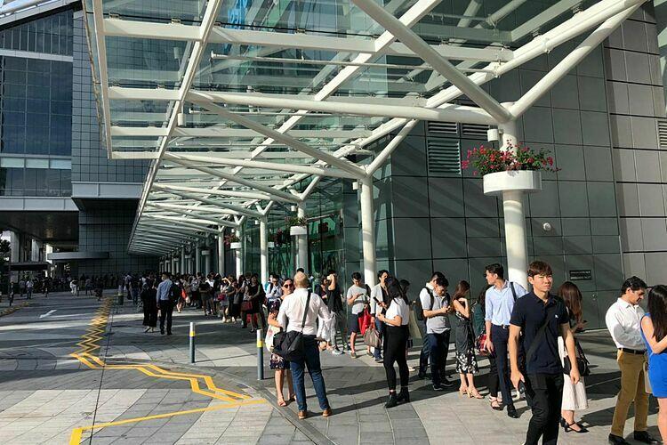 Dòng người xếp hàng bên ngoài Suntec City Tower 5 sáng nay. Ảnh: The Straits Times