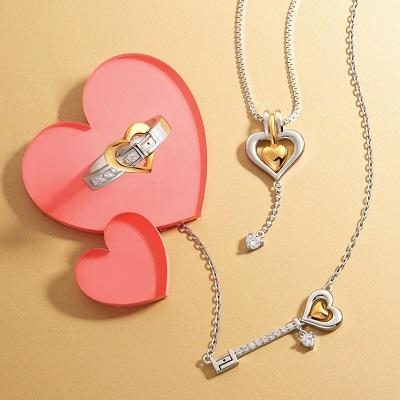 Bộ sản phẩm thiết kế tinh tế với ý nghĩa khóa đôi tim yêu lồng ghép phù hợp trong từng loại trang sức.