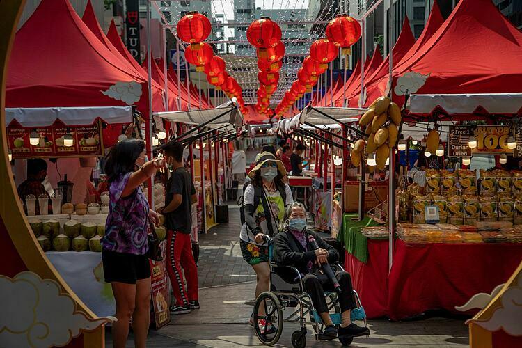 Một khu chợ được thiết kế để thu hút khách Trung Quốc ở Bangkok. Ảnh: AP