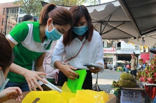 Nhân viên Dầu Tràm Cung Đình chuẩn bị quà để phát cho người dân TP.HCM trong chương trình tặng 1000 và 2500 khẩu trang Y Tế chiều ngày 7/2/2020.