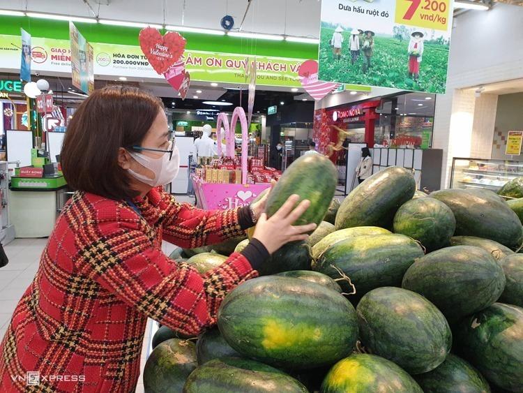 Một khách hàng mua dưa hấu trong chương trình Chung tay cùng nông dân của siêu thị BigC. Ảnh: Hoài Thu