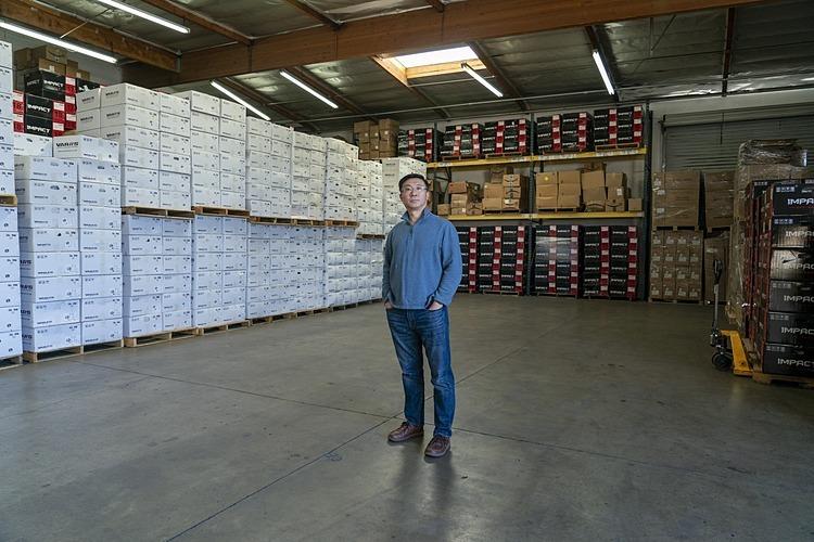 Ông David Ni tại nhà kho của Jiangsu Siborui ởAnaheim, California, Mỹ. Ảnh: Bloomberg