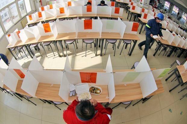 Giờ ăn trong căn tin của một nhà máyYên Đài, Sơn Đông,Trung Quốc hôm 10/2. Ảnh: AP