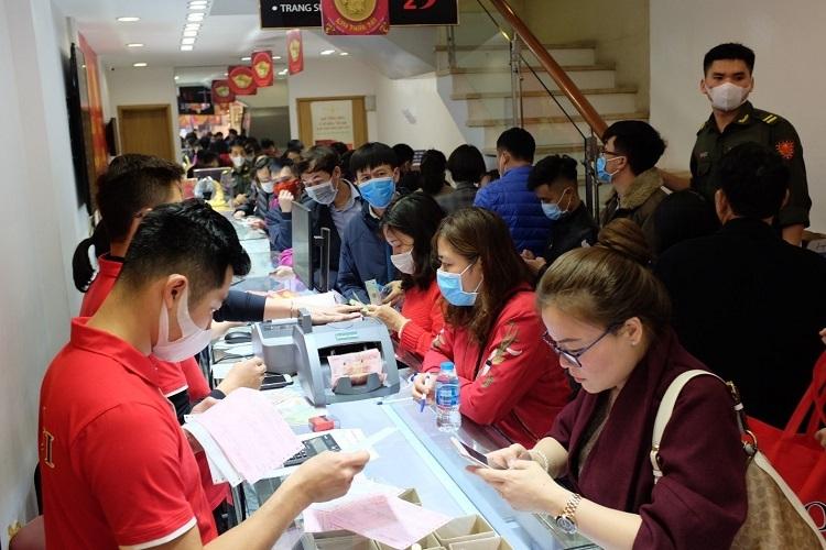 Khách hàng mua sắm tại DOJI trong ngày Thần tài năm nay.