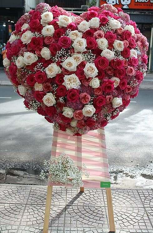 Kệ hoa trái tim 40 triệu đồng ngày Valentine - ảnh 1