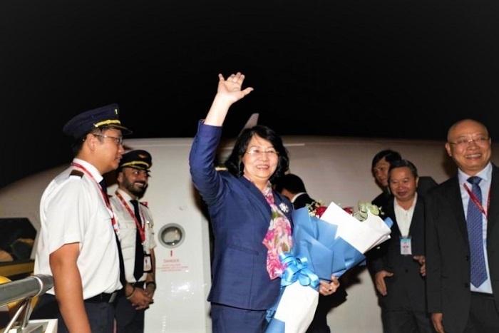 Cán bộ nhân viên, phi hành đoàn Vietjet thực hiện nghi thức chào đón Phó Chủ tịch nước Đặng Thị Ngọc Thịnh