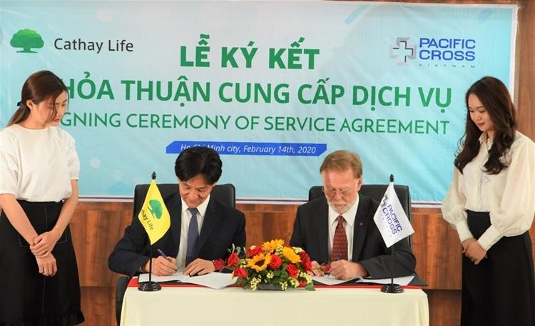 Đại diện Cathay Life và Pacific Cross ký kết hợp tác. (Chỉ rõ tên nhân vật trong ảnh)