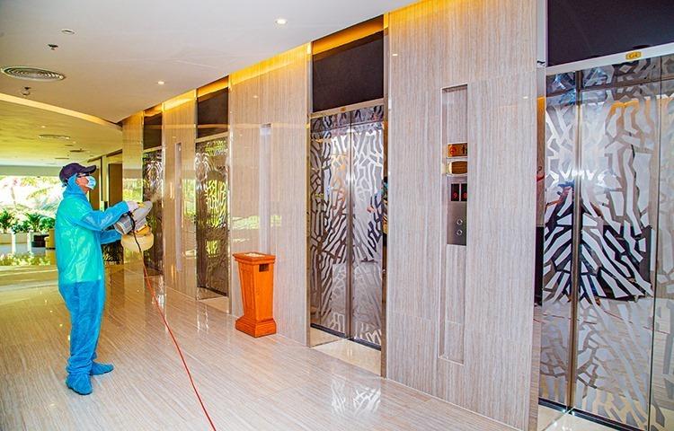 Khách sạn ở Nha Trang khử trùng phòng chống virus corona. Ảnh: An Phước.