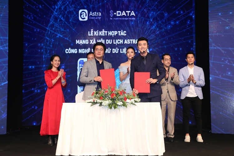 Diễn viên, doanh nhân Quốc Trường ký kết đầu tư với ông Nguyễn Tiệp - CEO của Astra (Bên trái).