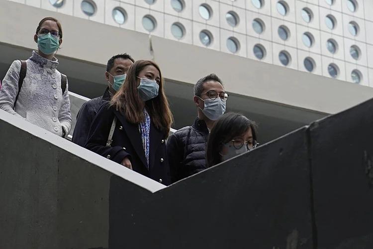 Người dân Hong Kong đeo khẩu trang khi ra đường. Ảnh: AP