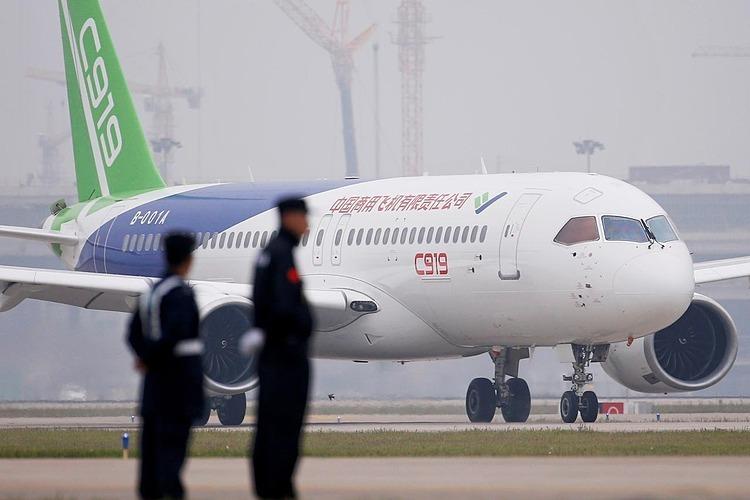 Máy bay chở khách C919 của Trung Quốc hạ cánh chuyến bay đầu tiên tại sân bay quốc tế Pudong ở Thượng Hải, Trung Quốc ngày 5/5/2017. Ảnh: Reuters