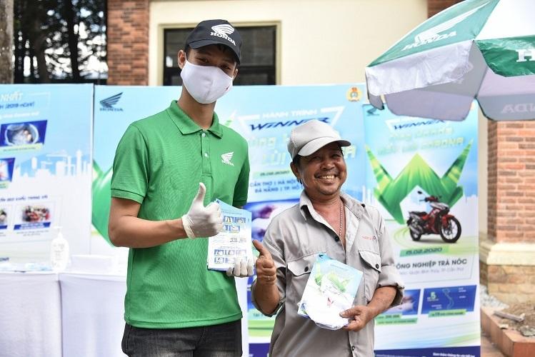Honda Việt Nam trao tặng khẩu trang vải kháng khuẩn và tờ rơi thông tin về dịch bệnh.