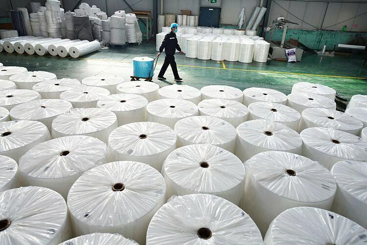Bên trong một nhà máy tại Sơn Đông (Trung Quốc) mở cửa trong tháng 2. Ảnh: Reuters