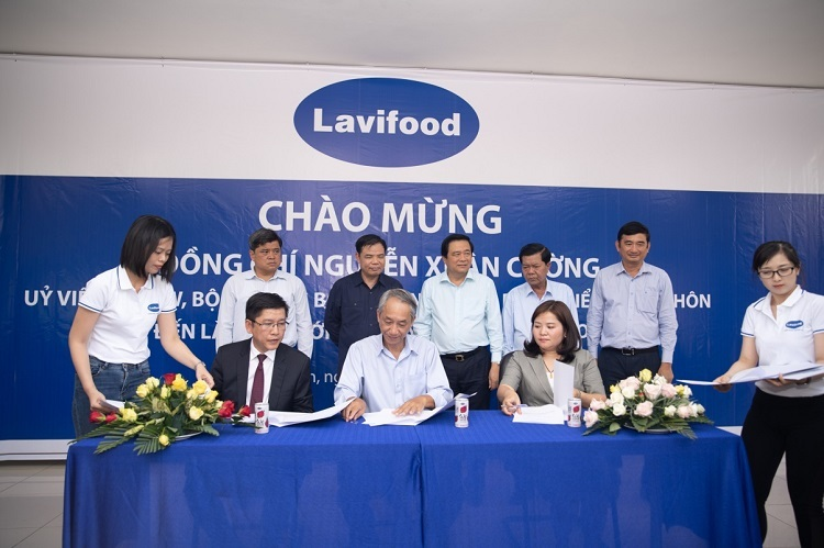 Ông Nguyễn Tấn Hoàng Văn, Tổng giám đốc SCB (hàng đầu, vest đen) ký kết hợp tác với Lavifood và Quỹ Khởi nghiệp Xanh.