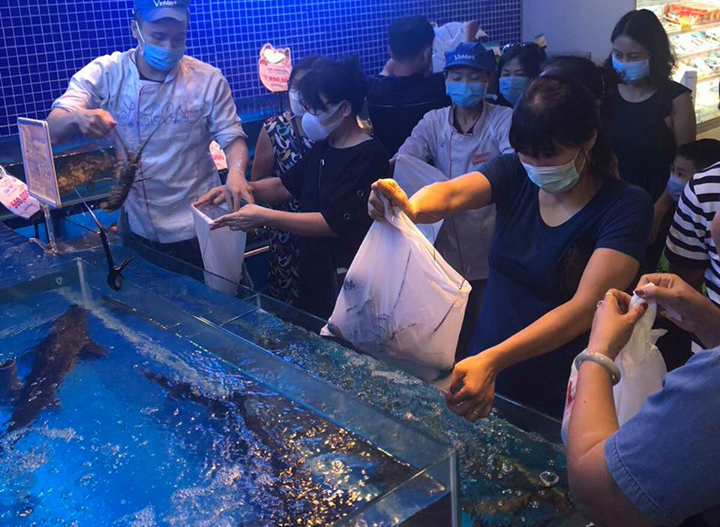 Mua tôm hùm tại chuỗi cửa hàng hải sản trong ngày 19/2. Ảnh: P.V