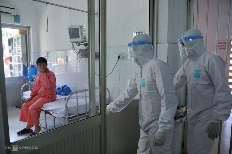 Bệnh nhân nhiễm nCoV trong khu điều trị Bệnh viện Chợ Rẫy.Ảnh: Hữu Khoa