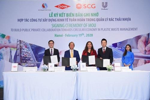 Lễ ký kết biên bản ghi nhớ hợp tác sáng 19/2. (Từ trái qua: đại diện Dow Việt Nam, thứ trưởng Bộ Tài nguyên và Môi trường, đại diện Unilever Việt Nam và SCG).