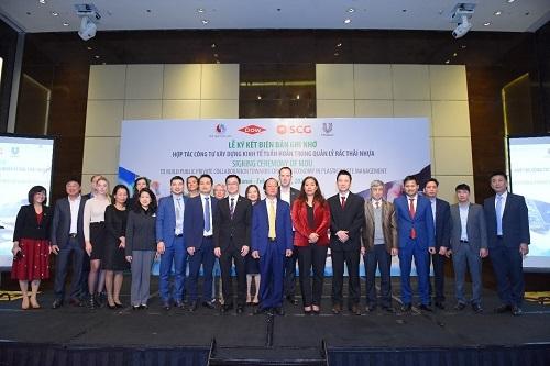 Đại diện doanh nghiệp và Bộ Tài nguyên và Môi trường chụp ảnh kỷ niệm tại sự kiện.