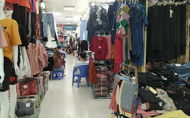 Các quầy hàng tại chợ An Đông I vắng bóng khách mua. Ảnh: C. Trang.