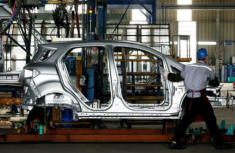 Công nhân trong một nhà máy sản xuất ô tô tại Việt Nam. Ảnh: Reuters