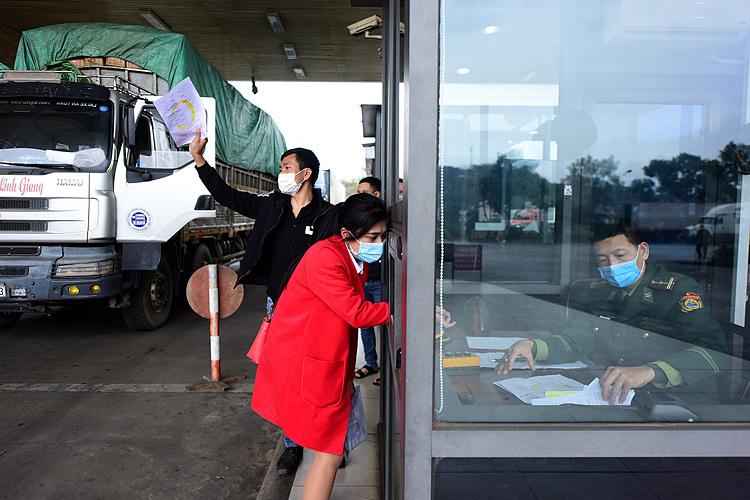 Thông quan hàng hoá tại cửa khẩu đường bộ số II KIm Thành - Lào Cai ngày 16/2. Ảnh: Giang Huy