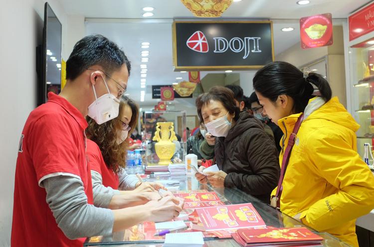 Khách hàng mua vàng tại một cửa hàng DOJI.
