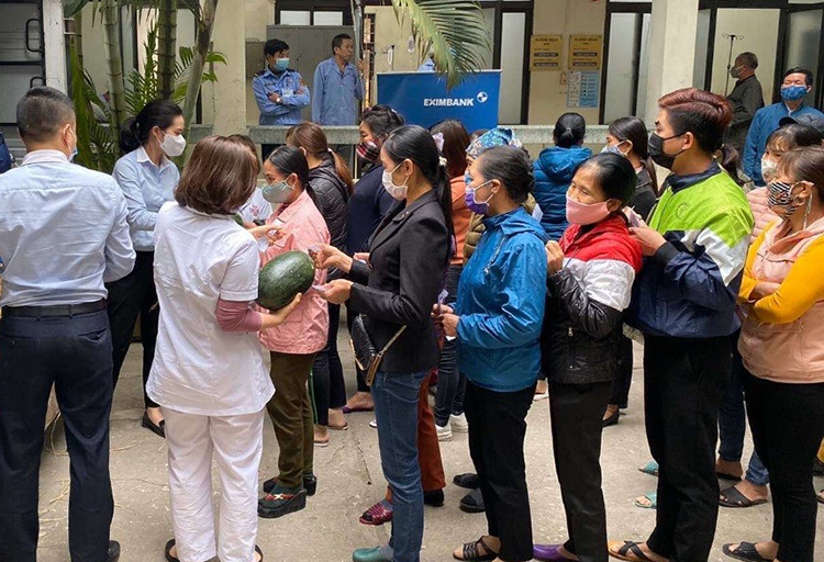 Nhân viên Eximbank phát dưa hấu miễn phí cho các y bác sĩ và bệnh nhân tại bệnh viện K.