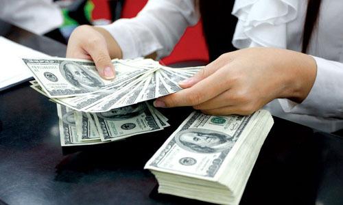 Giao dịch USD tại một ngân hàng thương mại. Ảnh: Q. Huy.