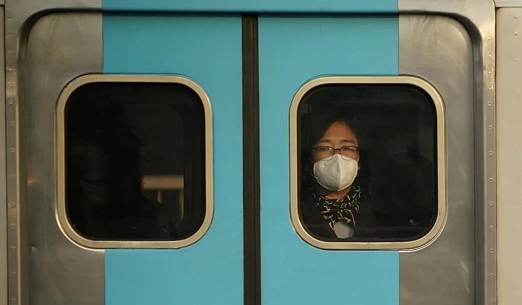 Hành khách đeo khẩu trang trên một chuyến tàu ở Seoul hôm 20/2. Ảnh: Reuters