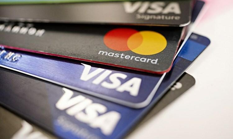 Thẻ tín dụng một số ngân hàng. Ảnh: Bloomberg