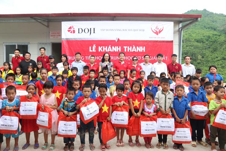 Tập đoàn DOJI tổ chức khánh thành điểm trường chi Bao – Bằng (xóm Bao, xã Giáp Đắt, huyện Đà Bắc, tỉnh Hòa Bình) thuộc Trường TH&THCS Giáp Đắt tháng 6/2019.