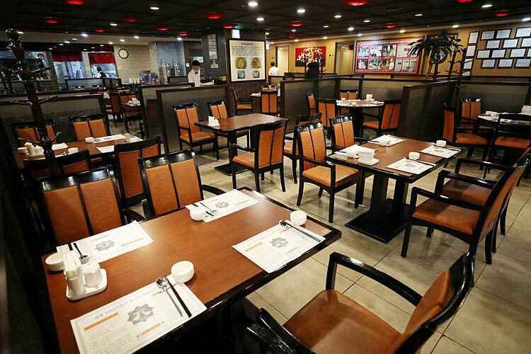 Một nhà hàng tại Seoul vắng vẻ khi dịch bệnh bùng phát. Ảnh: Yonhap
