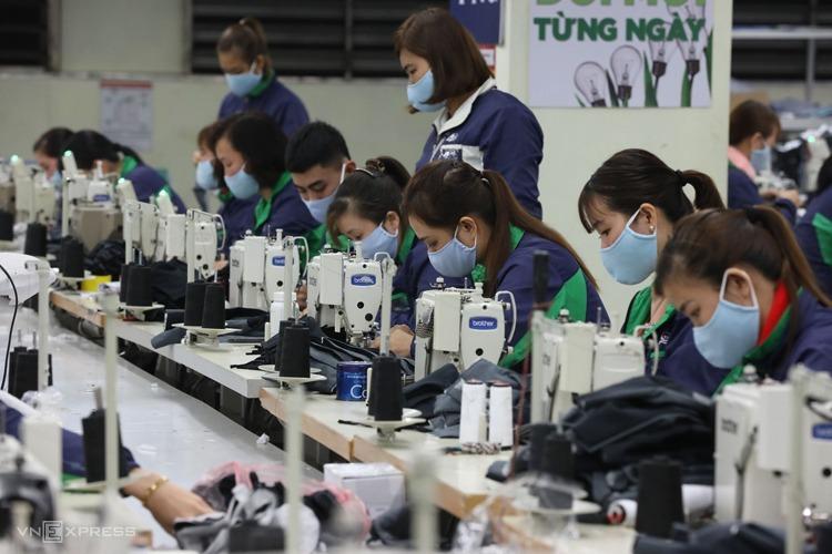Công nhân dệt may cấp tập sản xuất khẩu trang phòng dịch. Ảnh:Ngọc Thành.