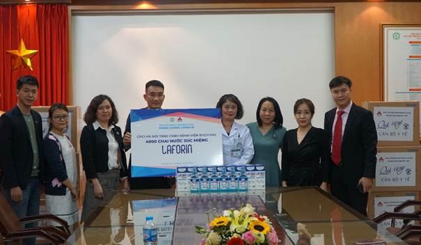 Lãnh đạo công ty Dược phẩm CPC1HN trao quà cho Bệnh viện Bạch Mai.  Dược phẩm CPC1 Hà Nội tặng hàng nghìn chai súc miệng image001 5270 1582614790