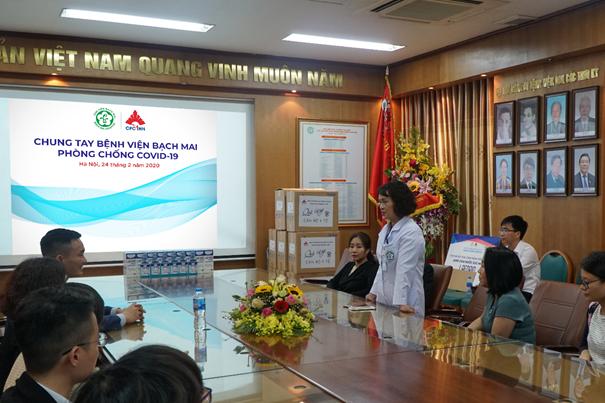 PGS.TS. Nguyễn Mai Hồng - Chủ tịch công đoàn Bệnh viện Bạch Mai phát biểu trong buổi trao tặng quà từ Dược phẩm CPC1.  Dược phẩm CPC1 Hà Nội tặng hàng nghìn chai súc miệng image002 1489 1582614791