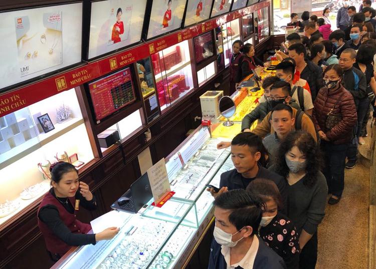 Dòng người xếp hàng tại cửa hàng vàng ở Cầu Giấy (Hà Nội) sáng 25/2,đa phần để bán ra. Ảnh: Quỳnh Trang.